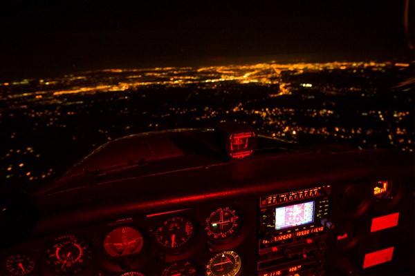 La formation Vol de Nuit est un complément à la licence de pilote privé PPL, qui offre à sa délivrance une autorisation de voler la nuit.
